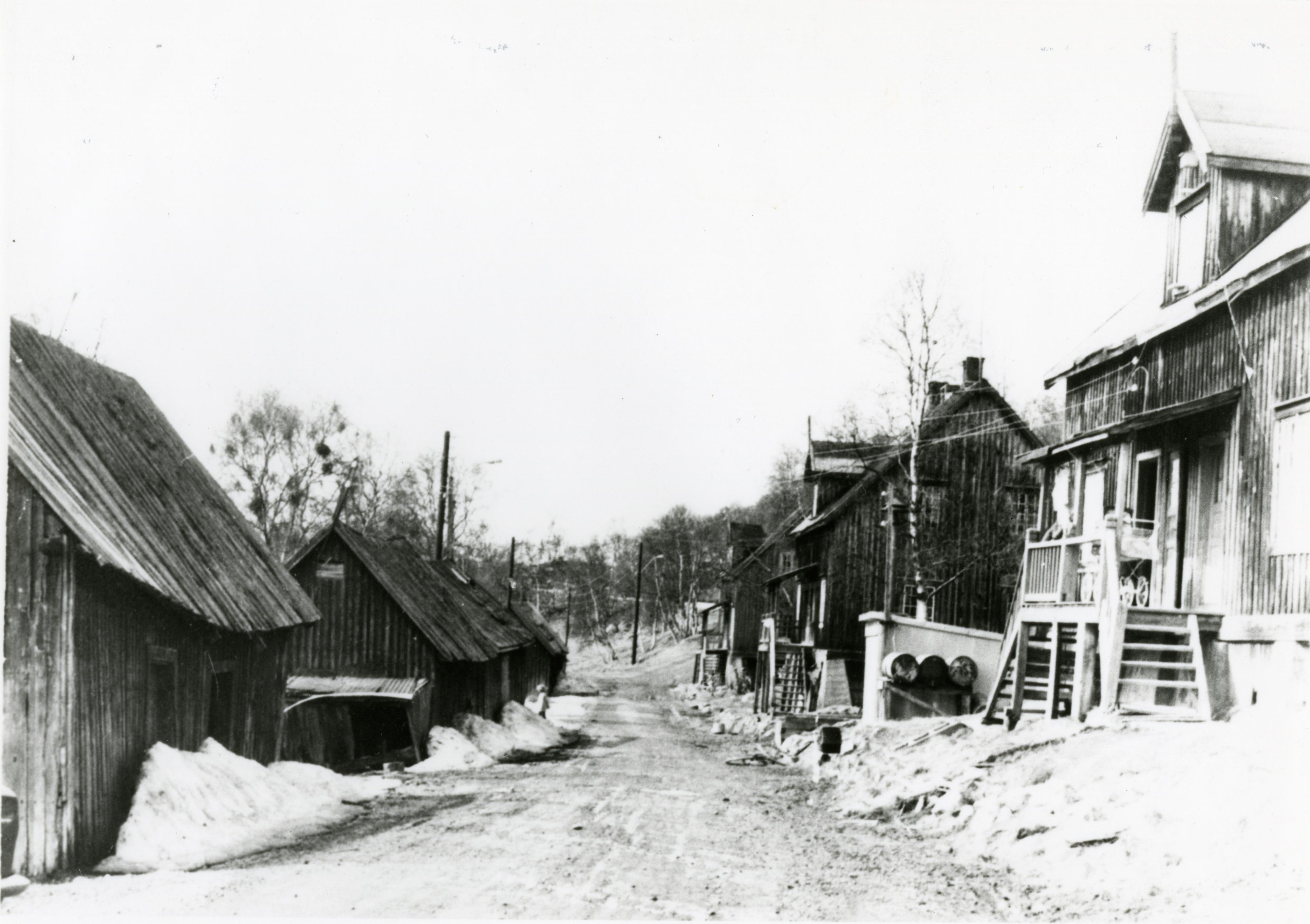 Fotokort: Jakobsnes gammel bebyggelse. Tatt like før de ble revet. Sagbrukets (Pasvik Timbers) arbeiderboliger.
