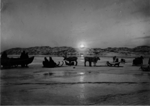 Venting på lokalbåten. Ca 1900. Foto: Ellisif Wessel, Grenselandmuseets fotosamling.