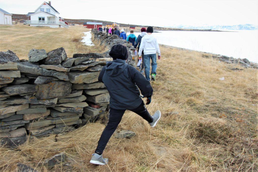 Oppmåling av steingjerde. Foto: Maija Liisa Björklund
