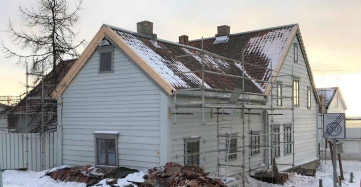 Taket på Esbensengården er ferdig reparert – og gården kan igjen tas i bruk