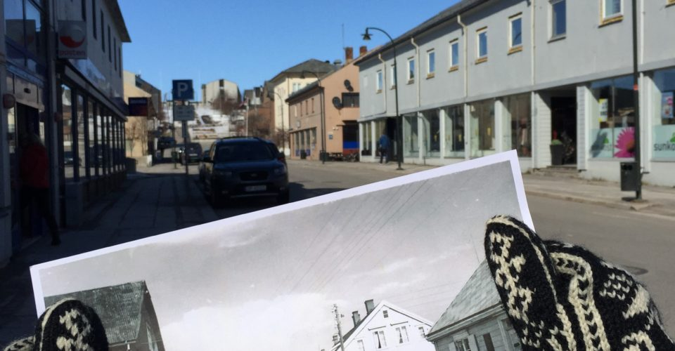 Link til byvandring. To hender holder et foto av Tollbugata i Vadsø fra før krigen opp mot samme sted i dag. Foto.