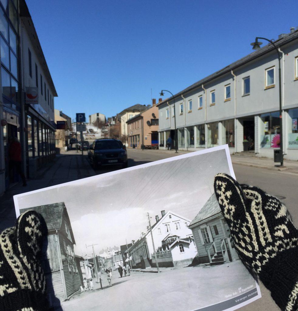 To hender med votter holder et foto av Tollbugata i Vadsø fra før krigen opp mot samme sted i 2020. Foto.
