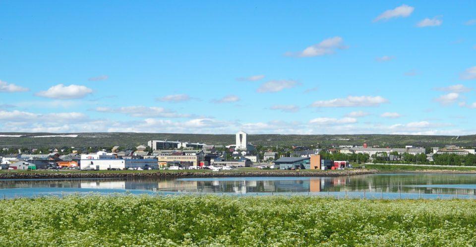 Bildelink til Kulturløype i Vadsø. Vadsø sentrum sett fra Vadsøya sommeren 2020. Foto.