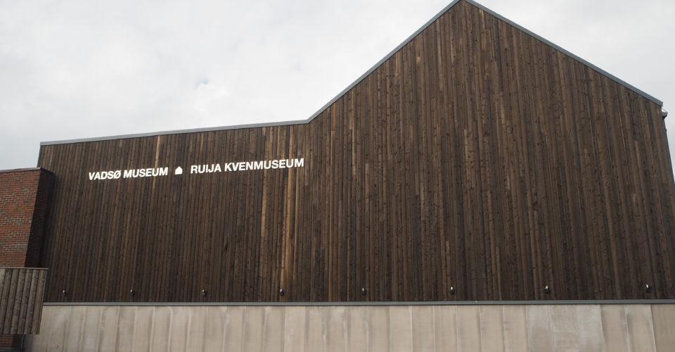 Museums vegg med skilt der det står